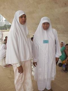 イスラムファッション イスラムファッション ところで皆さんこの服一体いくらぐらいすると思います.