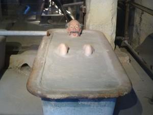 地下にある泥温泉の展示