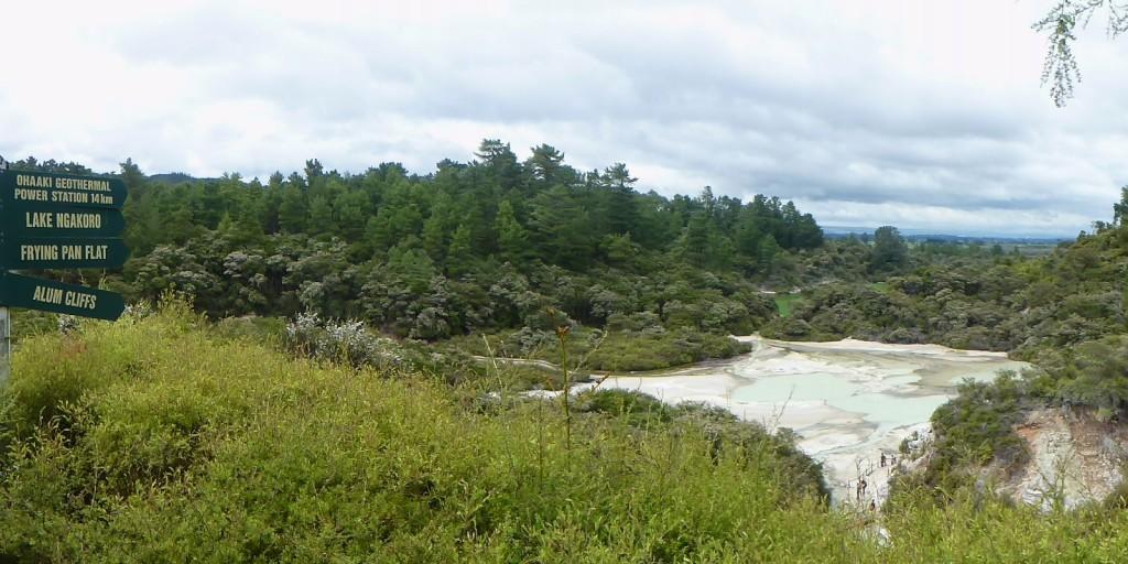 展望ポイントから見たフライパン平原とナコロ湖