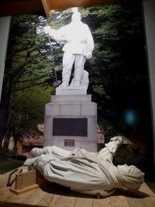 地震で倒壊した探検家スコットの像
