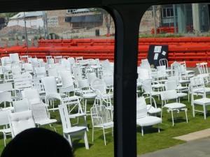 185脚並べられた鎮魂の椅子