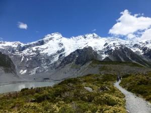 氷河湖のほとりを歩く