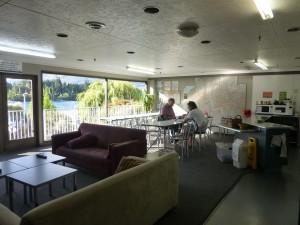 湖に面した居間兼食堂