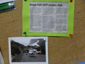 落石による道路封鎖
