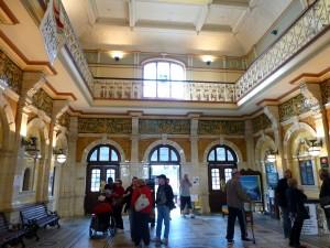 観光客で賑わうホール