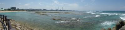 左手トロピカルビーチ、中央奥那覇方面、右手が講習が行われた水域