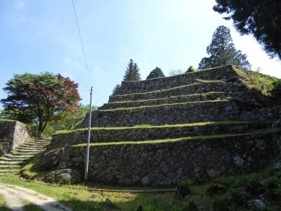 本丸北東面には石垣が積み重なる六段壁