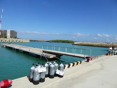 ダイビングボートが発着する瀬良垣港