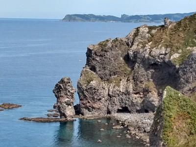水無立岩の向こうに見えているのが島武意海岸のある積丹岬