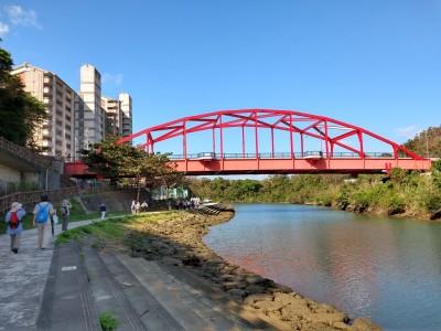 比謝川遊歩道を行く