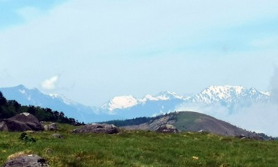 右手に見えている重量感のある山塊が立山です